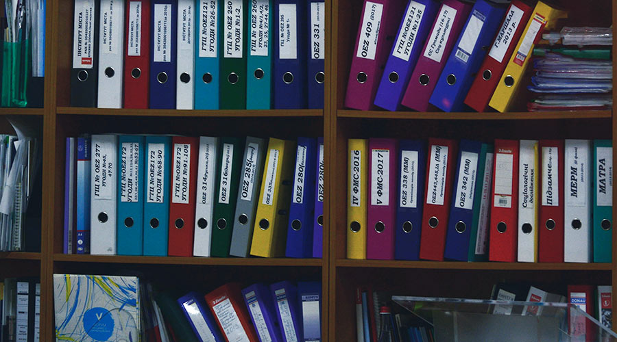 Bibliothèque d'archives. Photo de Viktor Talashuk sur Unsplash.